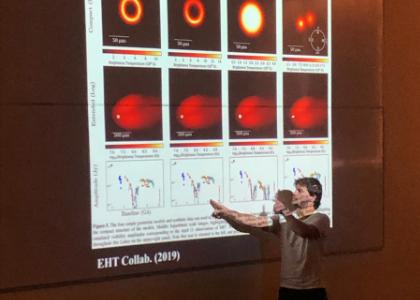 Astrofísico del observatorio ALMA y colaborador en las imágenes del agujero negro expuso en la U. Finis Terrae