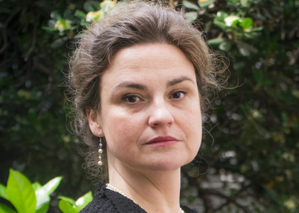 """Académica María Angélica Benavides presentó libro """"Pensamiento Jurídico Central Volumen 3"""" en Instituto de Investigación y Postgrado de la U. Central"""