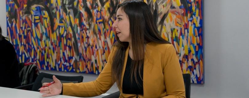 """Constanza Descalzi, alumni Facultad de Derecho U. Finis Terrae: """"Nuestro sello es tener una formación valórica que nos permite reconocernos en los problemas del otro"""""""