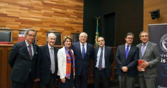 """Lanzamiento del libro del profesor Enrique Navarro: """"Las acciones constitucionales económicas ante los Tribunales de Justicia"""""""