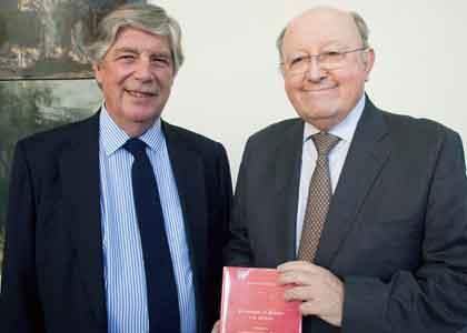 Académico Juan Salazar es nombrado embajador en Francia y presenta libro sobre historia de la diplomacia