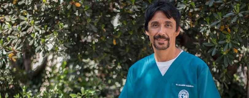"""Alejandro Oyarzún: """"Quiero inculcar en mis estudiantes el ejercicio profesional honesto, solidario y compasivo, apegado a la ciencia"""""""