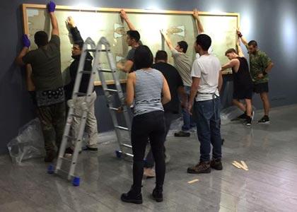 Alumni Finis Terrae participan en el montaje de la muestra
