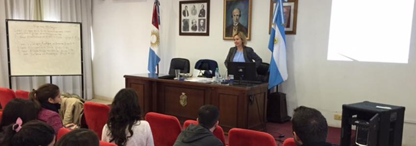 Profesora Andrea Lucas dicta clases en el Magíster en Derecho y Argumentación en Córdoba