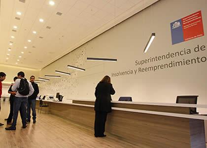 Abogado de la Unidad de Entes Fiscalizados y Coordinación Internacional de la SUPERIR dicta charla en la Clínica Pyme