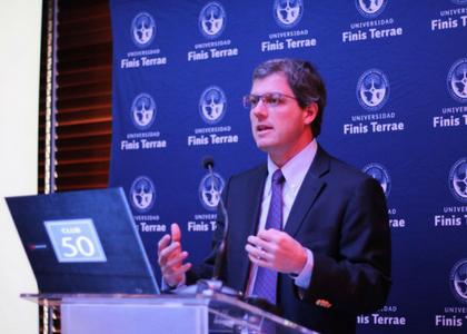 Economista Sebastián Claro analizó los efectos de la guerra comercial entre EE.UU. y China en el Club Monetario de la U. Finis Terrae