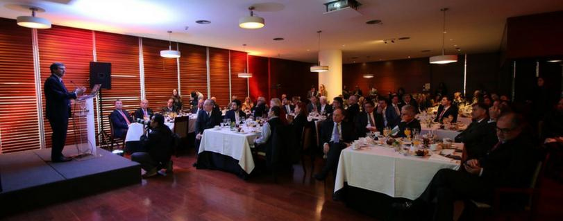 Egresados de Ingeniería Comercial participan en Club Monetario