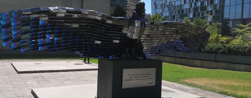 Estudiantes y docentes de la U. Finis Terrae realizaron escultura de un cóndor chileno con maquetas de smartphones