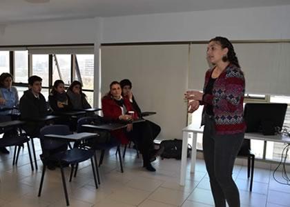 Profesora Lucía Rizik realiza coloquio para alumnos de la Clínica Jurídica sobre trabajo de investigación
