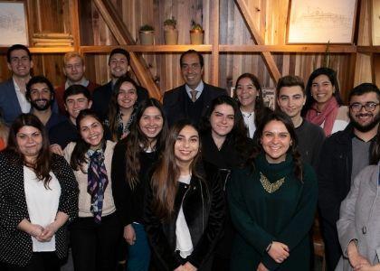 Egresados se reunieron con rector Cristian Nazer y compartieron sus experiencias en el mundo profesional