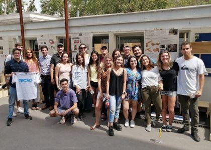 Estudiantes de Diseño U. Finis Terrae entregan mobiliario a familias de Independencia