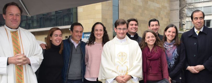 Padre James Cleary celebró su primera misa en la U. Finis Terrae