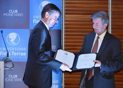 Rodrigo Vergara recibe Premio Club Monetario 2016