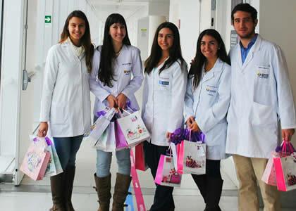Escuela de Medicina saluda en su día a las madres del Hospital El Carmen de Maipú