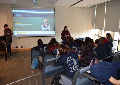 Alumnas del Liceo Carmela Carvajal visitan la U. Finis Terrae