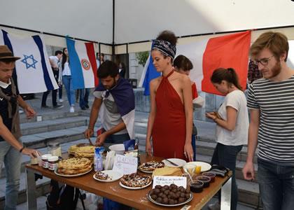 Alumnos de intercambio realizan feria gastronómica internacional