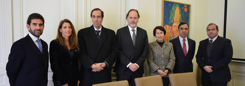 Dirección de Postgrado de la Facultad de Economía y Negocios firma convenio con  Instituto de Estudios Bancarios Guillermo Subercaseaux