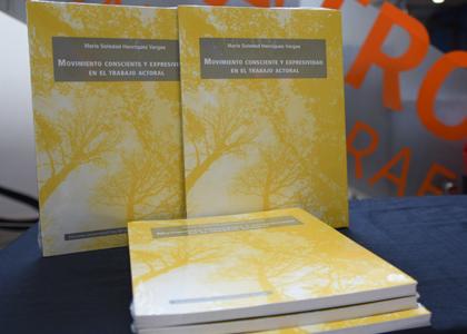 Libro de académica de Escuela de Teatro aborda el movimiento consciente y la expresividad en el trabajo actoral