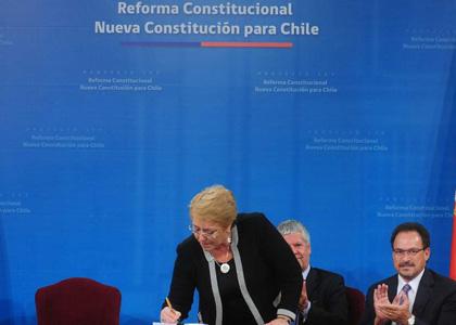 Profesor Enrique Navarro comenta proyecto de ley sobre nueva Constitución