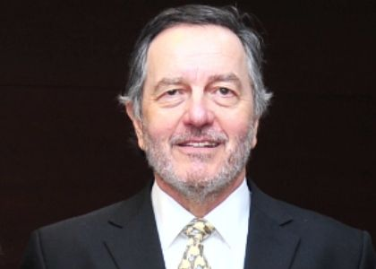 Encuentro con Roberto Ampuero analizará, desde la experiencia española, lecciones y aprendizajes para Chile en tiempos de coronavirus