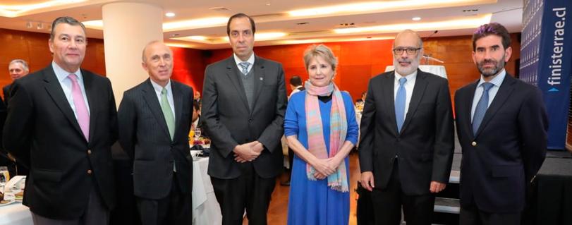 Rodrigo Valdés se refirió al complejo camino de las reformas tributaria, laboral y pensiones en Club Monetario de la U. Finis Terrae