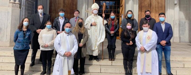 Siete estudiantes y un académico de la U. Finis Terrae recibieron el sacramento de la Confirmación