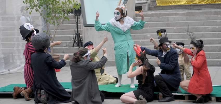 "Sátira callejera ""En la Luna"" llega a la Universidad Finis Terrae"