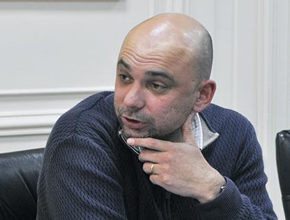 Destacado doctor en economía ofrece charla a ayudantes de Derecho Civil