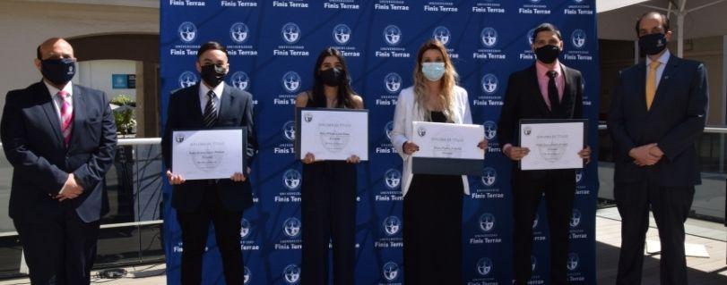 Con egresados de la Escuela de Periodismo, U. Finis Terrae realiza primera entrega de títulos presencial en pandemia