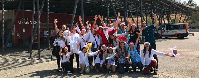 35 estudiantes, docentes y directivos de Medicina Finis Terrae celebraron la Navidad en el Hospital El Carmen de Maipú