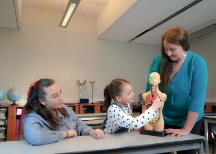 Egresados de Pedagogía en Educación Básica de la U. Finis Terrae alcanzaron un 92% de empleabilidad