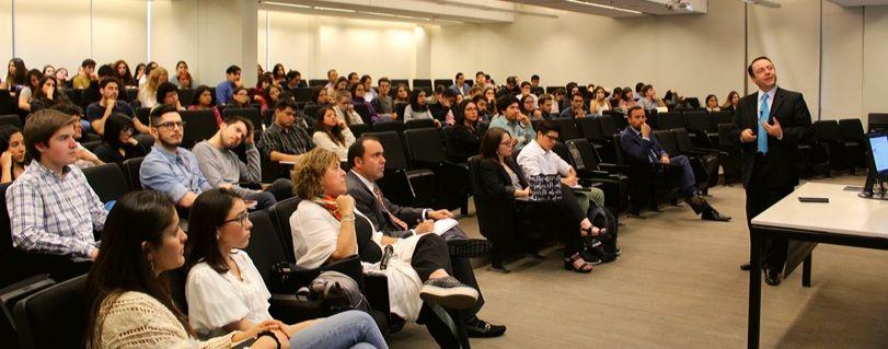 """Académicos y estudiantes asistieron a una nueva sesión de """"Titanes de la Medicina"""" para conversar sobre el VIH en Chile"""