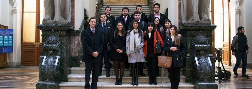 """Estudiantes de Derecho visitan Palacio de Tribunales: """"Nos permite aterrizar a la realidad los contenidos aprendidos"""""""