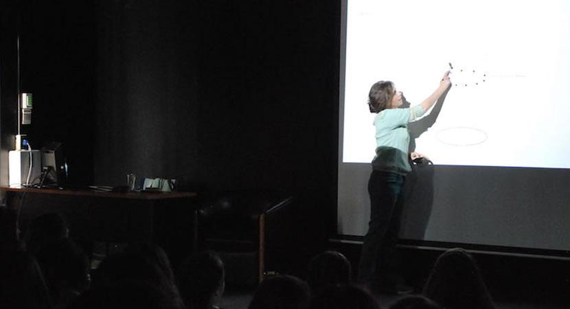 Ximena Izquierdo dictó conferencia en la FAD
